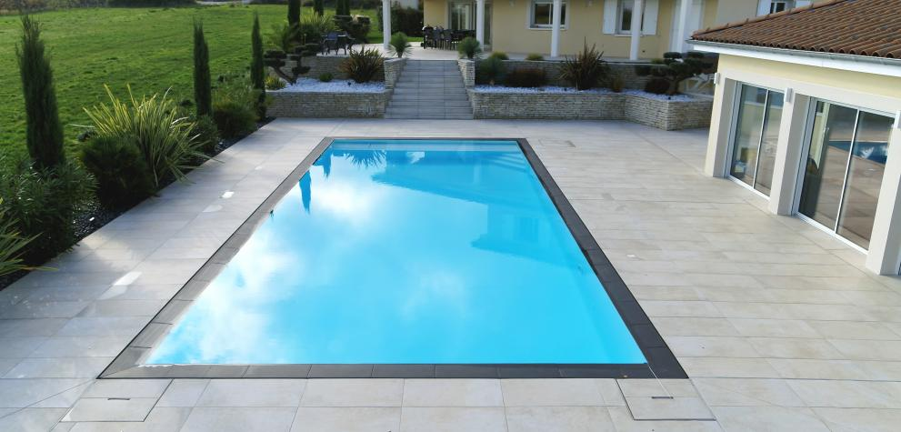 Piscine miroir paysagée et pool house