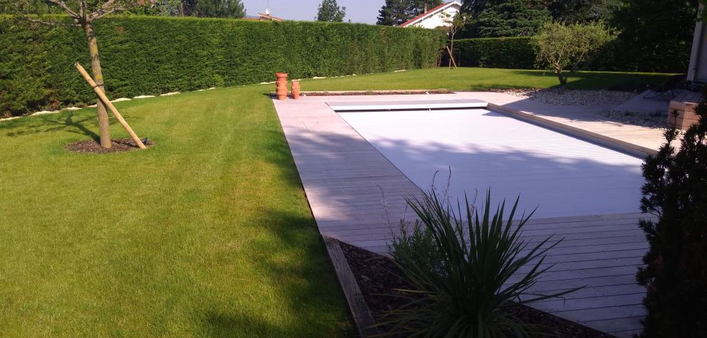 Création d'un espace vert autour de la piscine